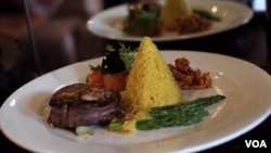 Steak Rendang William Wongso (Foto: VOA/Vena Dilianasari)