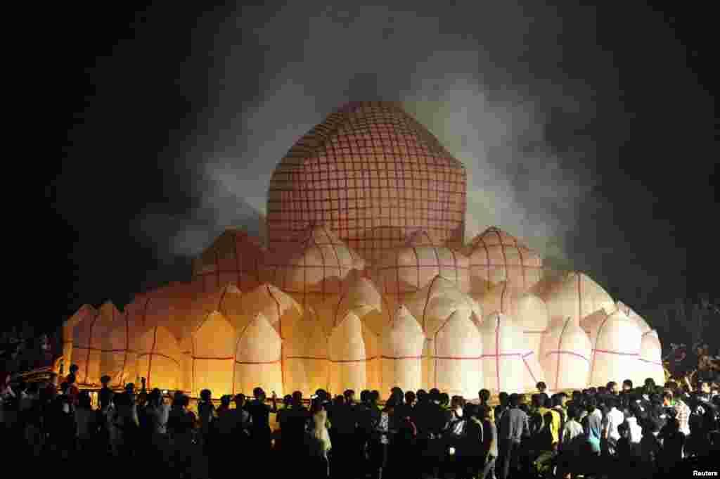 27일 중국 '걸신 축제' 기간 동안에 하이방 지방 사람들이 지름 30미터의 거대 등과 72개의 작은 등으로 만들어진 불빛 주변에 모여들었다.