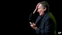 Cố danh hài Robin Williams biểu diễn tại sự kiện hàng năm Stand Up For Heroes lần thứ 6 dành cho các quân nhân bị thương trong chiến tranh và các cựu chiến binh, 8/11/2012.