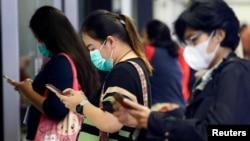 Para penumpang perempuan mengenakan masker menunggu MRT di Jakarta, 4 Maret 2020. (Foto: ilustrasi)