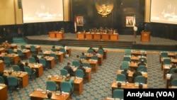 Suasana Rapat Paripurna DPRD DKI, di gedung DPRD DKI Jakarta, Kamis, 26 Februari 2015 (Foto: VOA/Andylala)
