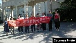 访民到中国外交部门口拉横幅声援静坐维权人士。(博讯网)