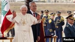 14일 레바논 베이루트 국제공항에 도착한 교황 베네딕토 16세(왼쪽)와 미첼 술레이만 레바논 대통령.