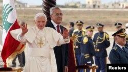 Pope Benedikt XVI sa libanskim predsednikom Mišelom Sulejmanom po dolasku na medjunarodni aerodrom u Bejrutu.