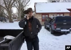 ທ່ານ Ryan Bundy ຢືນລົມໂທລະສັບ ທີ່ເຂດອະນຸລັກ ສັດປ່າ ແຫ່ງຊາດ Malheur ໃກ້ກັບເມືອງ Burns, ລັດ Oregon. 3 ມັງກອນ 2016.