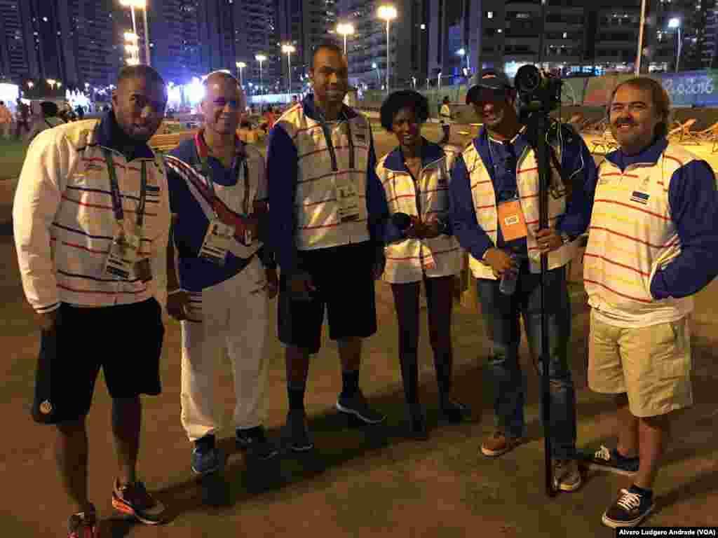 La comitiva del equipo olímpico de las islas Cabo Verde se relaja en la villa olímpica.