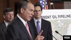 Juru Bicara DPR AS John Boehner (tengah) didampingi pemimpin mayoritas DPR Eric Cantor (kanan) dan Jeb.Hensarling, di Capitol Hill, Washington (Foto: dok).