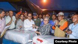 Duta Besar Republik Indonesia untuk Bangladesh Rina Soemarno menerima bantuan kemanusiaan untuk pengungsi Rohingya dari Indonesia di Bangladesh. (Foto: VOA/Biro Pers Kepresidenan RI)