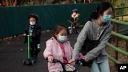 香港公園裡帶著口罩的市民和兒童。(2020年1月31日)