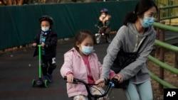 香港公园里带着口罩的市民和儿童。(2020年1月31日)