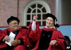 Vaxtikən Harvard Universitetini erkən tərk etmiş Facebook banisi Mark Zuckerberg fəxri doktorluq dərəcəsi alır və Harvard məzunları üçün buraxılış nitqi söyləməyə hazırlaşır. 25 may, 2017.