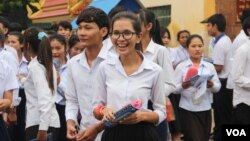 Students walk out of Santhormok examination center on the first day of grade 12 examination, on August 24th, 2015. (Photo: Pang Chamnan/VOA Khmer)