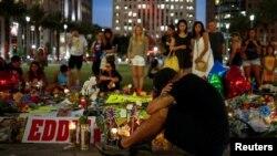 Cư dân địa phương Jean Dasilva thương tiếc cho người bạn đã thiệt mạng trong vụ xả súng tại một đài tưởng niệm tạm thời tại trung tâm thành phố Orlando, Florida, ngày 14 tháng 6 năm 2016.