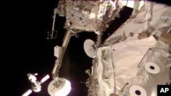 Bức ảnh của Cơ quan Hàng Không và Vũ trụ Mỹ NASA cho thấy phi thuyền Soyuz của Nga đưa 3 thành viên phi hành đang tiến gần đến Trạm Không gian Quốc tế 27/3/14
