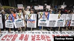 한국 보수단체 회원들이 26일 서울 종로구KT광화문지사 앞에서 열린 천안함 5주기 추모집회에서 천안함 폭침을 날조하는 종북세력 척결을 촉구하는 구호를 외치고 있다.