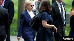 Clinton, de 68 años, se retiró de improviso el domingo de una ceremonia en memoria por los atentados del 11 de septiembre de 2001 en Nueva York.