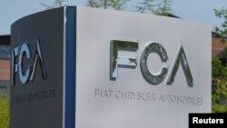 "Tulisan ""Fiat Chrysler Automobiles (FCA)"" terpampang di depan kantor pusatnya di Auburn Hills, Michigan."