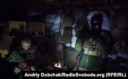 Вояки набивають патронами ріжки для автоматів. Багато хто з них не хоче «світити» обличчя на камери, для рідних ці хлопці «на полігоні»