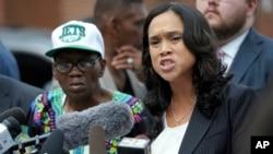 La fiscal de Baltimore Marilyn Mosby (der.) criticó indignada la investigación policial que impidió inculpar a ninguno de los seis policías acusados de la muerte del detenido negro en una furgoneta policial en abril de 2015.