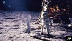 آرشیو - ادوین «باز» آلدرین فضانورد آمریکایی قدم بر سطح ماه گذاشت - ۲۰ ژوئیه ۱۹۶۹