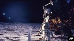 Astronot Edwin E. Aldrin Jr. berjalan di permukaan bumi pada 20 Juli 1969. (Foto: NASA)