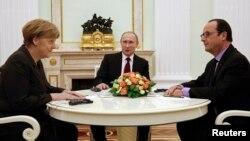 Nemačka kancelarka Angela Merkel, ruski i francuski predsednik Vladimir Putin i Fransoa Oland tokom susreta u Kremlju