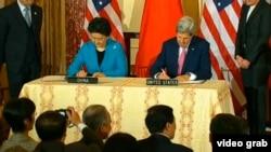 美国国务卿克里与中国国务院副总理刘延东签署备忘录(视频截图)