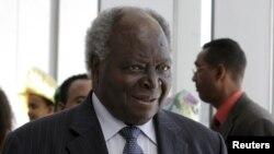 Tổng thống Kenya Mwai Kibaki năm ngoái đã phủ quyết một khoảng tiền thưởng tương tự cho các nhà lập pháp, với lý do việc này vi hiến và đất nước không thể gánh chịu nỗi trong hiện trạng kinh tế
