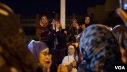 戴上頭紗的埃及婦女在開羅總統府前高喊口號抗議