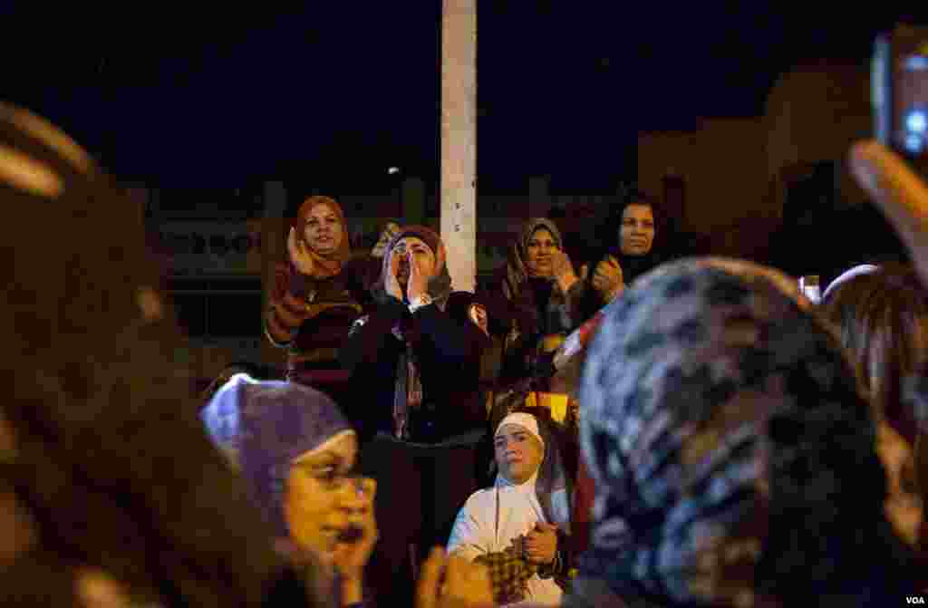 Veiled women led a crowd in chanting anti-Morsi slogans in front of the Presidential Palace in Cairo. (Yuli Weeks for VOA)