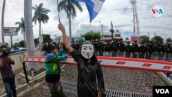 Un manifestante protesta en una calle central de Managua. [Foto: Archivo VOA]