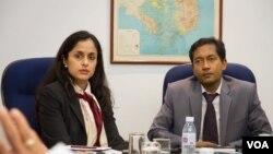 អ្នកស្រី Sonali Jain-Chandra (ឆ្វេង) អ្នកដឹកនាំគណៈប្រតិភូមូលនិធីរូបិយវត្ថុអន្តរជាតិ (IMF) មកកម្ពុជា និងលោក Faisal Ahmed អ្នកតំណាងមូលនិធិ IMF ប្រចាំនៅកម្ពុជា ធ្វើសន្និសីទព័ត៌មានមួយកាលពីថ្ងៃទី២ ខែកក្កដា ឆ្នាំ២០១៥។ (នៅ វណ្ណារិន/VOA)