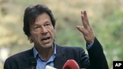 عمران خان بازو کی حرکت سے اپنی بات سمجھانے کی کوشش کر رہے ہیں