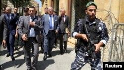 黎巴嫩内政部长马什努克(中)在视察贝鲁特市中心。(资料照片)