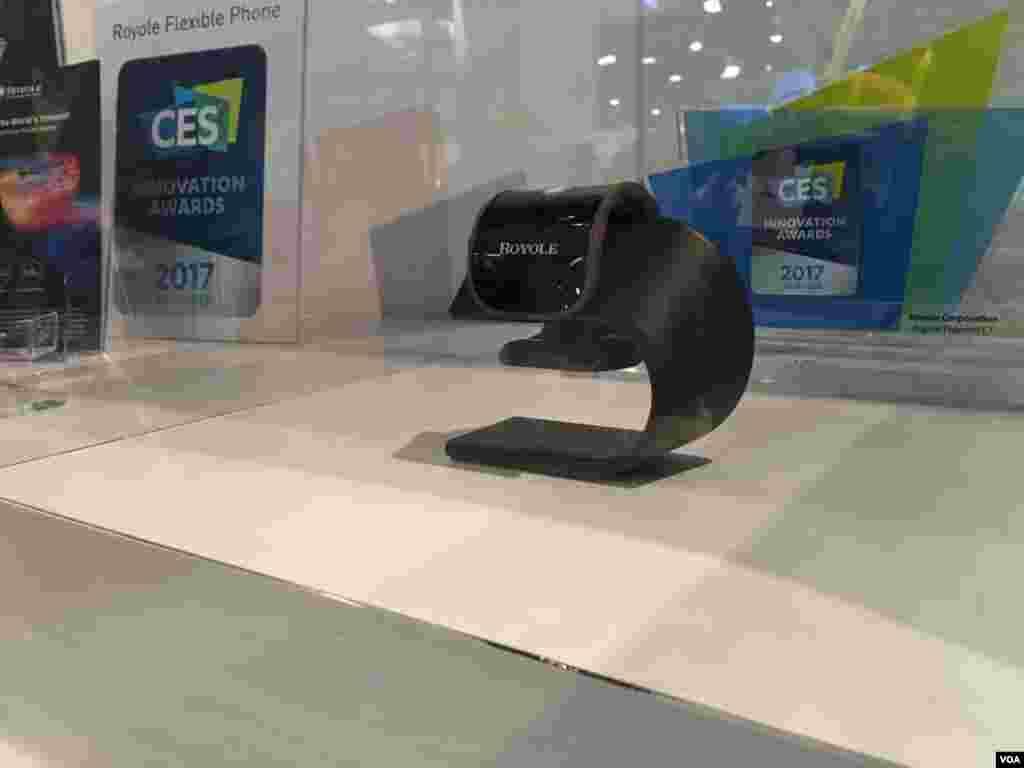نمایشگاه محصولات الکترونیکی CES اسمارت فون تاشو رویال که با تا شدن تبدیل به یک ساعت هوشمند می شود