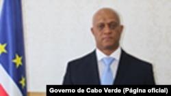 Luis Filipe Tavares a Bissau e Suzi Barbosa preparam documentos
