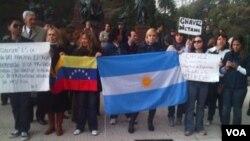 Cerca de 100 personas, la maroría de Venezuela y Colombia, protestaron en Buenos Aires.