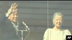 日皇明仁在新年接受民眾祝賀,並揮手致意