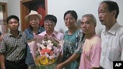 呂耿松(戴眼鏡者)與家人及親朋(資料圖片)