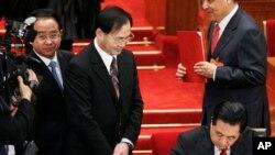 """有胡锦涛""""大内总管""""之称的令计划(左)在胡锦涛签署文件时侍立在他的附近。(2010年3月14日)"""