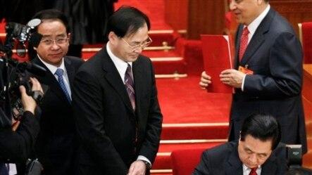 """有胡锦涛""""大内总管""""之称的令计划(左)在胡锦涛签署文件时站在他的附近。(2010年3月14日)"""