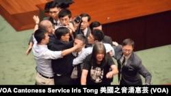 屬於青年新政的香港立法會議員梁頌恆在保安圍堵下讀出誓詞 (攝影: 美國之音湯惠芸)