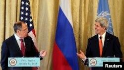 존 케리 미국 국무장관(오른쪽)과 세르게이 라브로프 러시아 외무장관이 13일 프랑스 파리에서 시리아 평화회담 개최 방안에 관해 논의했다.