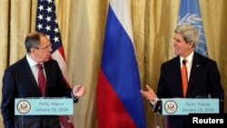 El secretario de Estado, John Kerry, intercambia saludos con su contraparte rusaSergei Lavrov en París.