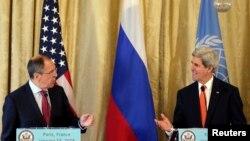 Ngoại trưởng Mỹ John Kerry và Ngoại trưởng Nga Sergei Lavrov trong cuộc họp báo tại Paris, ngày 13/1/2014.