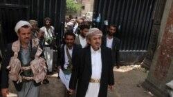 جنگجويان هوادار شيخ صادق الاحمر رهبر ايل حاشد به همراه رهبر ایل (مرکز)- صنعا ۲۶ مه ۲۰۱۱