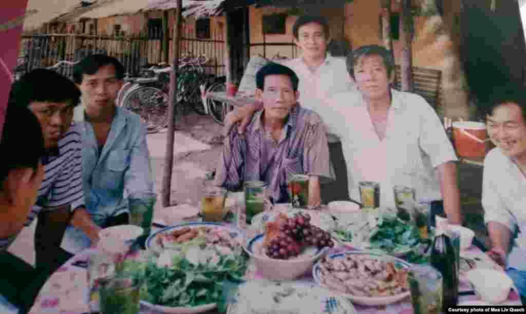 លោក លឹម ហៃ (ឈរកណ្តាល) ថតរូបជាមួយជនភៀសខ្លួនខ្មែរផ្សេងទៀតនៅជំរំ Minh Tan ឬជំរំ 979A ដែលត្រូវបានបង្កើតឡើងដោយរដ្ឋាភិបាលវៀតណាម។ ជំរំនេះដំណើរការដោយមានក្រុមប្រឹក្សាគ្រប់គ្រងជាជនភៀសខ្លួនខ្មែរ។ ក្រុមប្រឹក្សានេះមើលការខុសត្រូវ និងដោះស្រាយបញ្ហាក្នុងជំរំ ហើយរាយការណ៍ឲ្យរដ្ឋាភិបាលវៀតណាម។ (រូបថតផ្តល់ឲ្យដោយលោក គួជ មាលីវ)