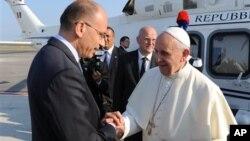 22일 로마 레오나르도 다 빈치 공항에서 프란치스코 교황이 브라질행 비행기에 오르기 전, 엔리카 레타 이탈리아 총리가 교황을 배웅하고 있다.