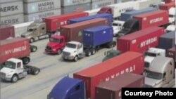 长滩港口的货运卡车队伍