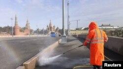 莫斯科的疫情防控人員在噴灑消毒液。
